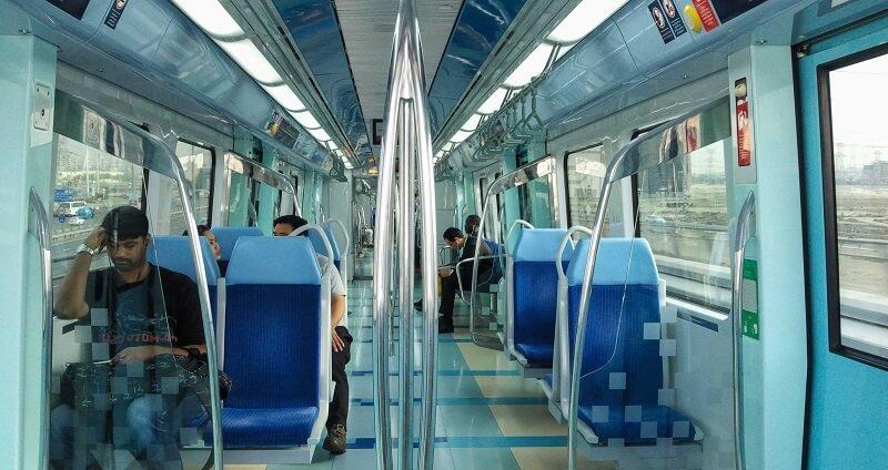 Туристы в общественном транспорте Дубая